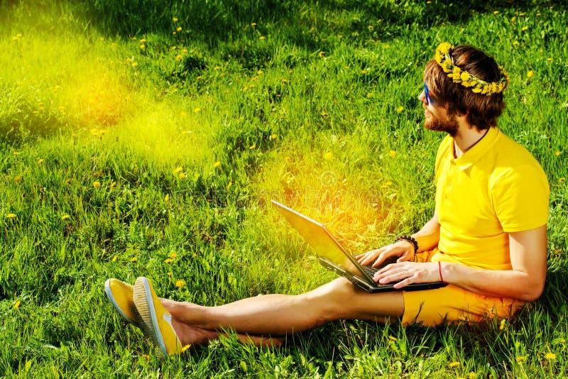 Toujours avec l'ordinateur portable image libre de droits