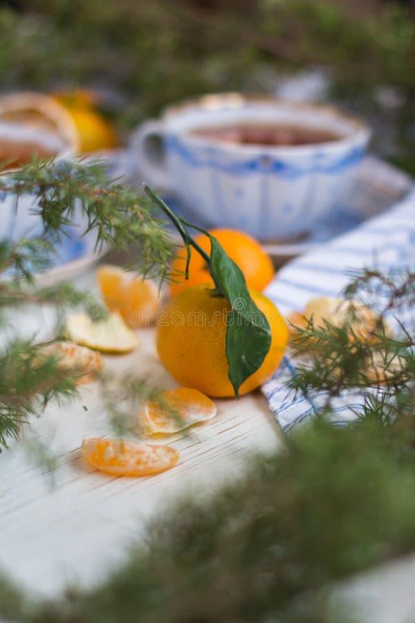 toujours la vie atmosphérique Matin de Noël avec le thé et les mandarines photographie stock