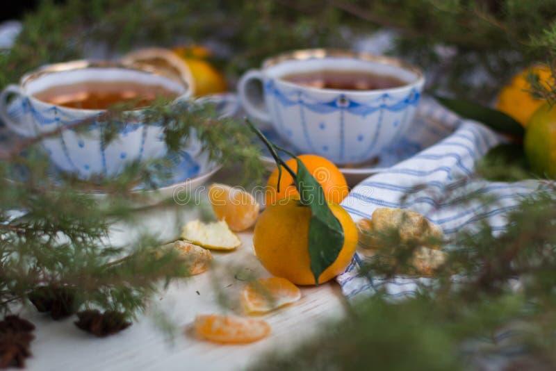 toujours la vie atmosphérique Matin de Noël avec le thé et les mandarines photo libre de droits