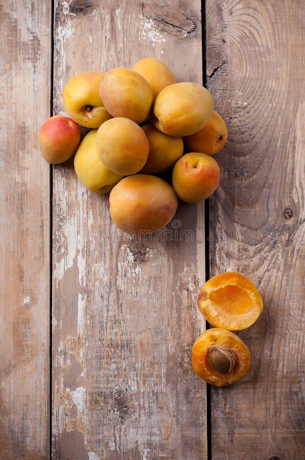 Toujours la vie rustique avec des abricots photographie stock libre de droits