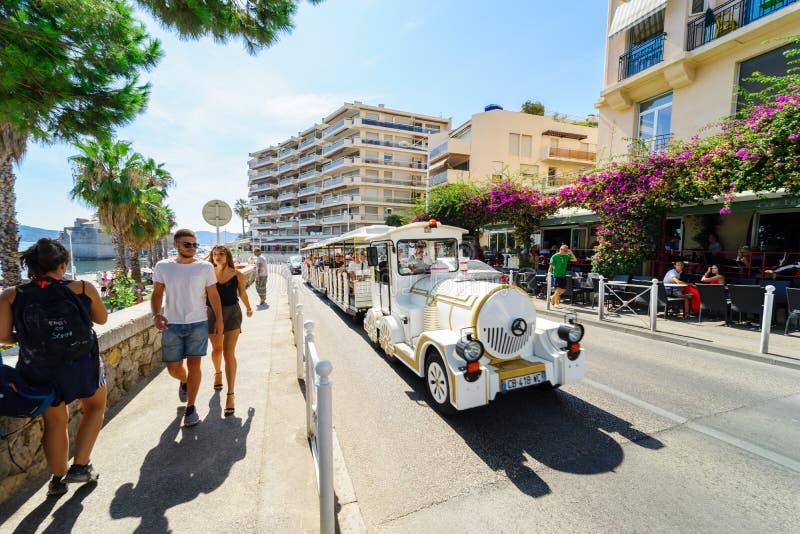 Toulon, França, o 20 de agosto de 2017: Os turistas levando do trem pequeno do turista imagem de stock