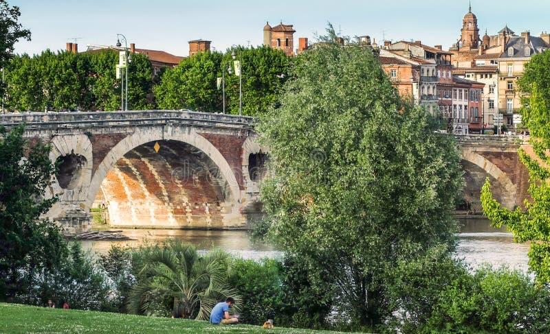 Toulouse, DES Filtres de la pradera, mirando hacia Pont Neuf imagen de archivo