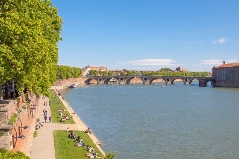 Toulouse, France, bord de mer le long de rivière la Garonne pendant le ressort, Pont Neuf photos libres de droits