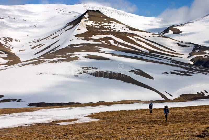 Toundra de marche de personnes dans Svalbard images libres de droits