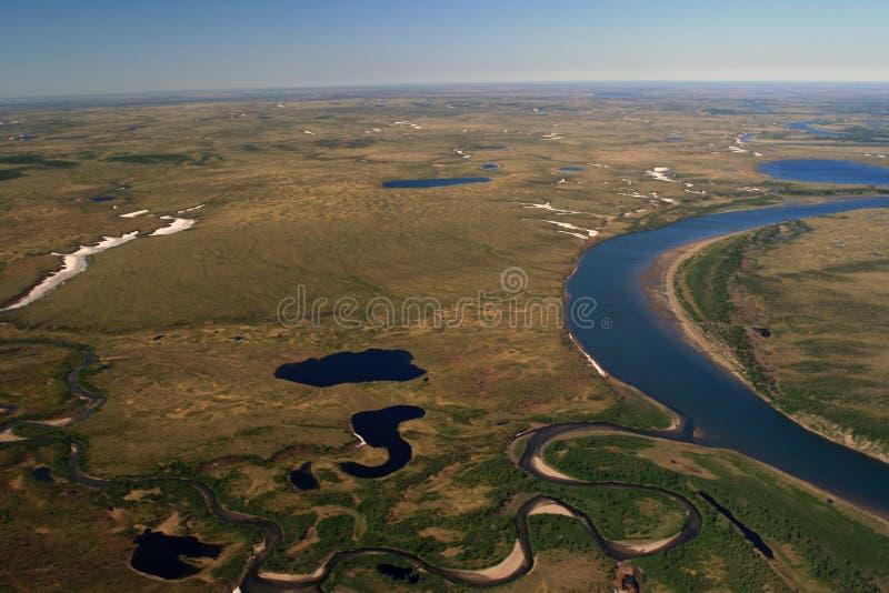 Toundra de Taimyr avec des lacs et des rivières avec l'hélicoptère image libre de droits
