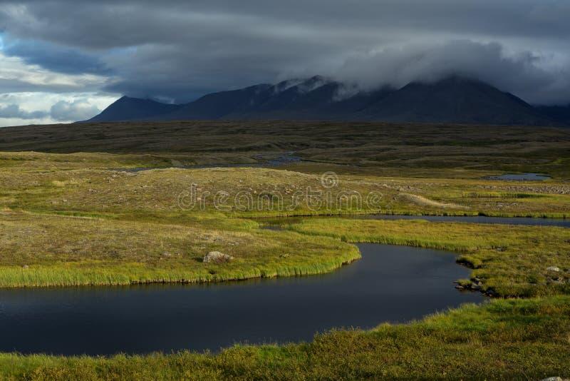 Toundra froide dans les montagnes polaires images stock