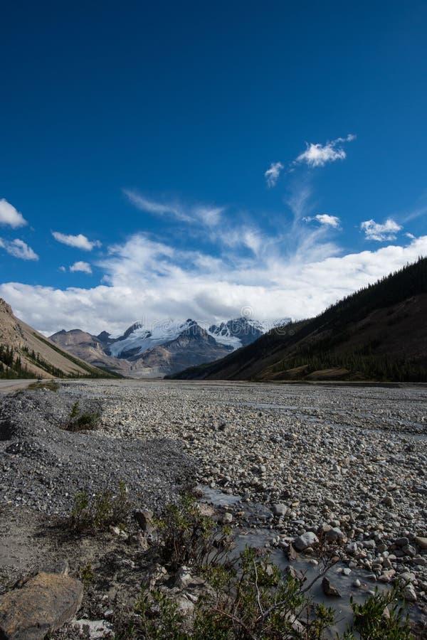 Toundra rocheuse de rivière le long de la route express de champs de glace dans le Canadien les Rocheuses, Jasper National Park photographie stock libre de droits