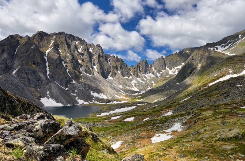 Toundra sibérienne de montagne l'après-midi d'été images libres de droits