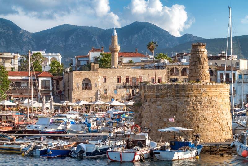 Tour à chaînes de la défense dans le port de Kyrenia cyprus photos libres de droits
