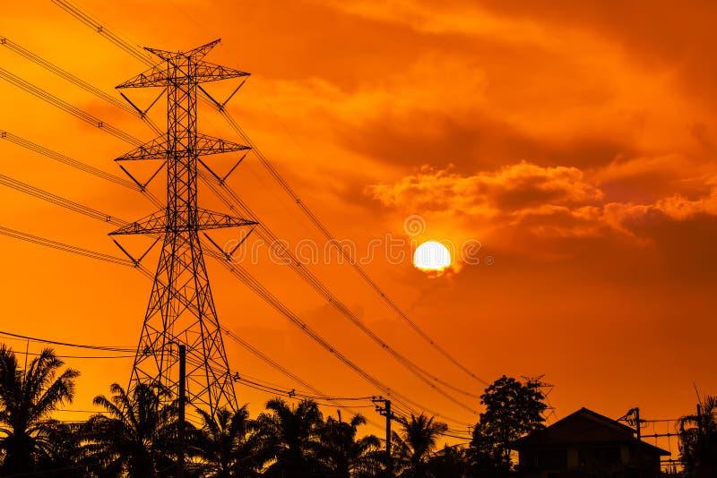 Tour à haute tension de l'électricité avec le ciel de coucher du soleil photographie stock