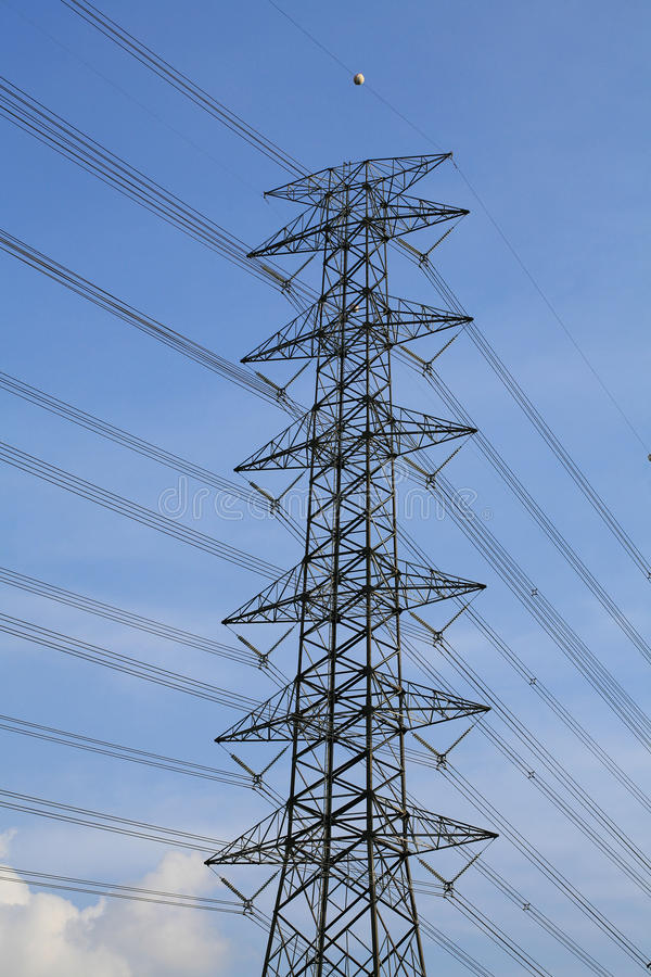 Tour électrique contre le ciel bleu et le nuage photos libres de droits