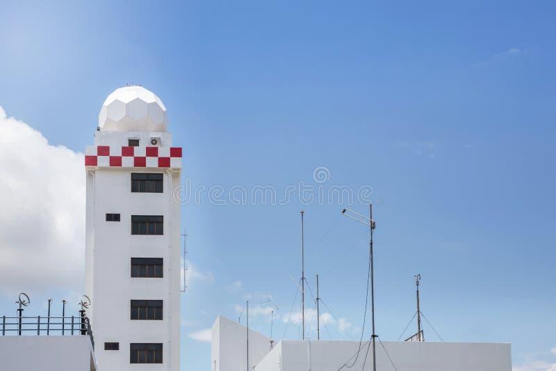 Tour aéronautique de station météorologique ou tour de station de dôme de radar de temps photographie stock