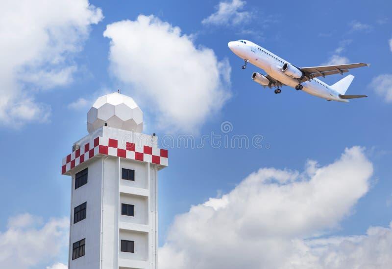 Tour aéronautique de station météorologique ou tour de station de dôme de radar de temps avec le décollage de jet d'avion de pass image libre de droits