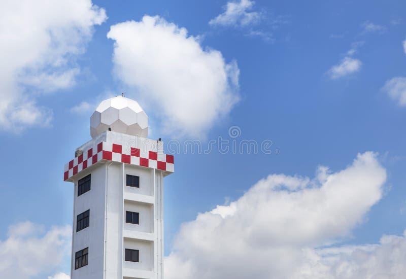 Tour aéronautique de station météorologique ou tour de station de dôme de radar de temps dans l'aéroport photo stock