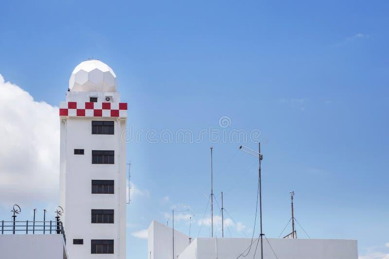 Tour aéronautique de station météorologique ou tour de station de dôme de radar de temps dans l'aéroport photos libres de droits