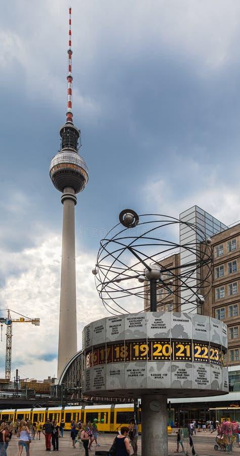 Tour Alexanderplatz Berlin de l'horloge TV du monde image stock