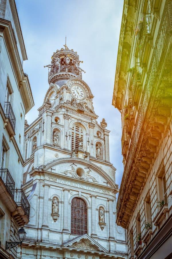 Tour antique d'une église à Nantes image stock