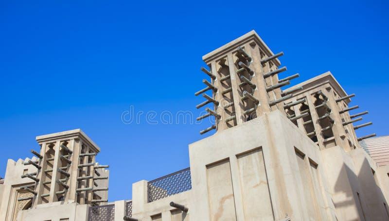Tour arabe traditionnelle de vent pour la climatisation et se refroidir sur le bâtiment à Dubaï images libres de droits