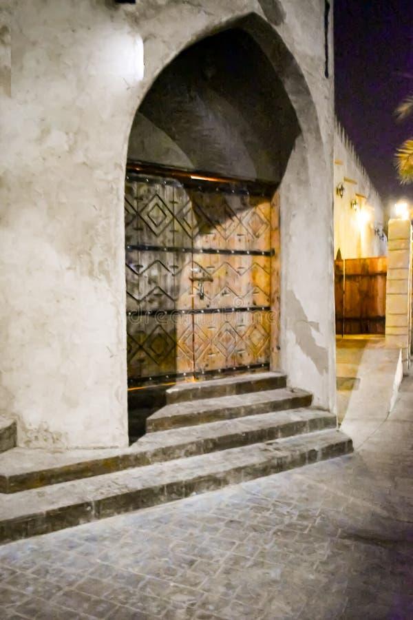 Tour Archée Porte En Bois Entrée Vue Nuit Style Teutonique Style Ancien photos stock
