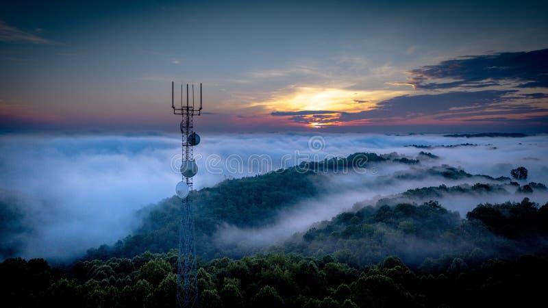 Tour au-dessus du brouillard images stock