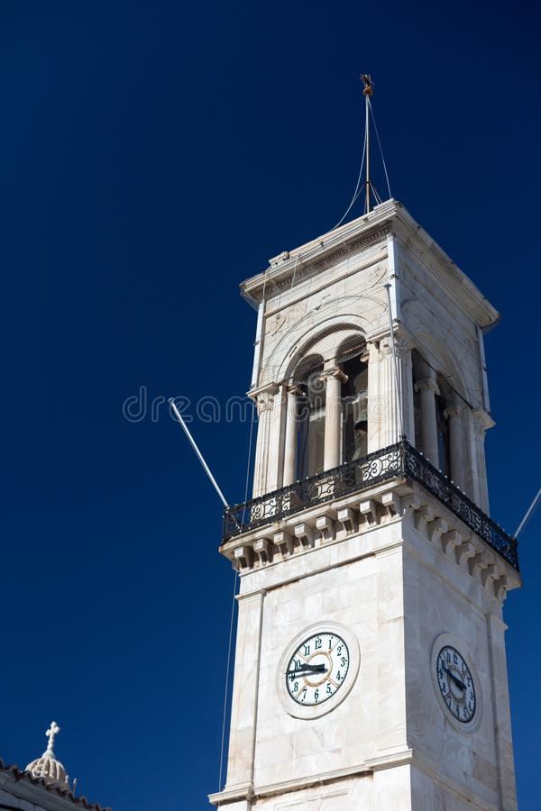 Tour Bell avec horloge à Hydra Island, Grèce le jour du soleil avec ciel bleu clair classique images libres de droits