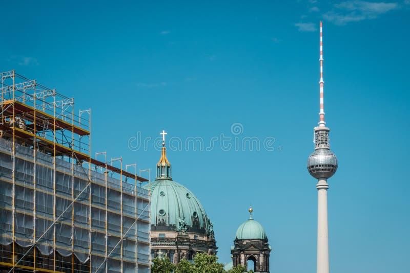 Tour, Berlin Cathedral et échafaudage de télévision sur le ciel bleu à Berlin photo libre de droits