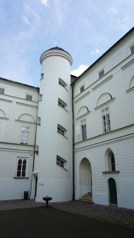 Tour blanche dans le château rouge à Hradec et Moravici près d'Opava, en République Tchèque photos libres de droits