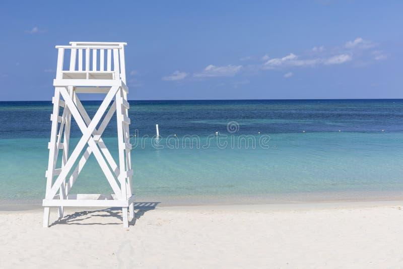 Tour blanche sur la plage de turquoise photos libres de droits