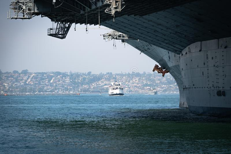 Tour Boats Av USS Midway Bow royaltyfri foto