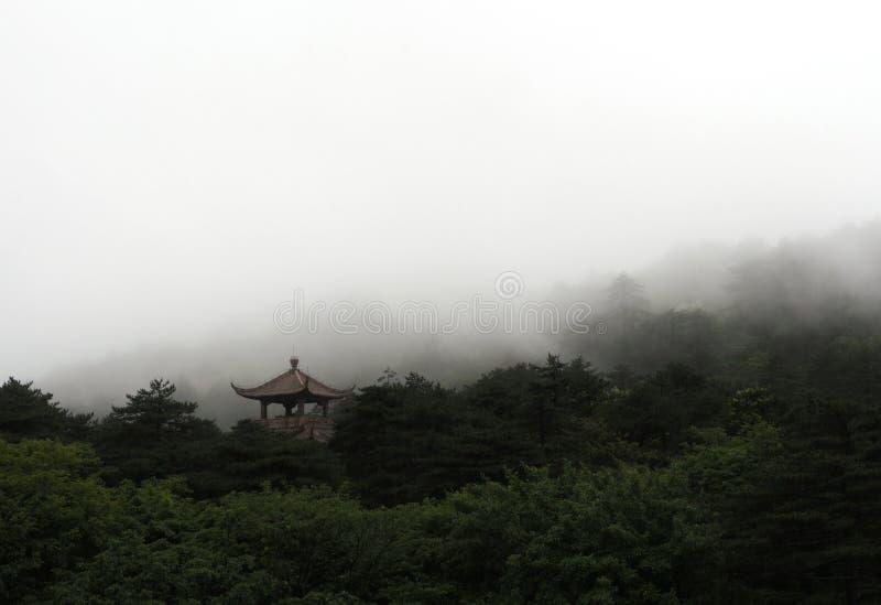 Tour chinoise au milieu de forêt en brouillard photo libre de droits