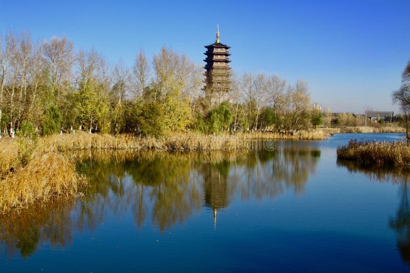 Tour chinoise par le lac images libres de droits