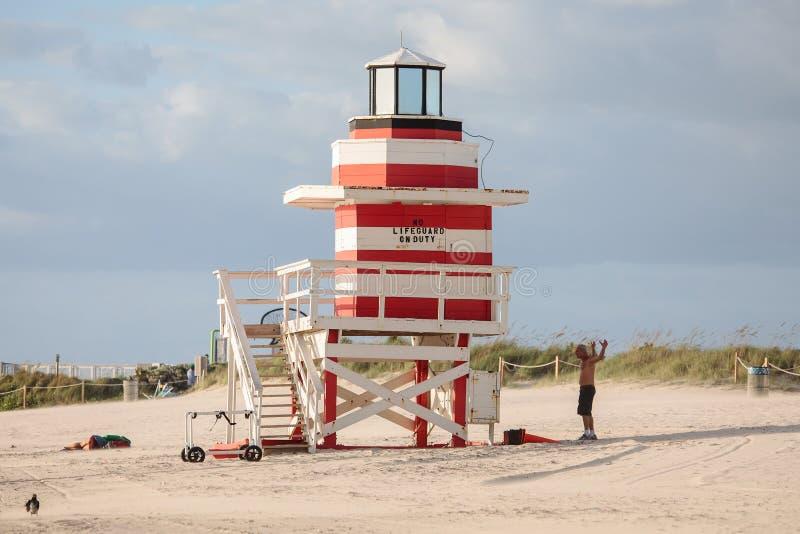 Tour colorée de maître nageur à la plage du sud photos libres de droits
