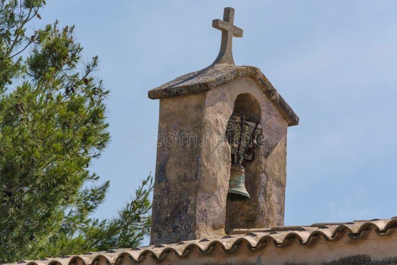 Tour d'église avec la cloche dans le style espagnol photographie stock