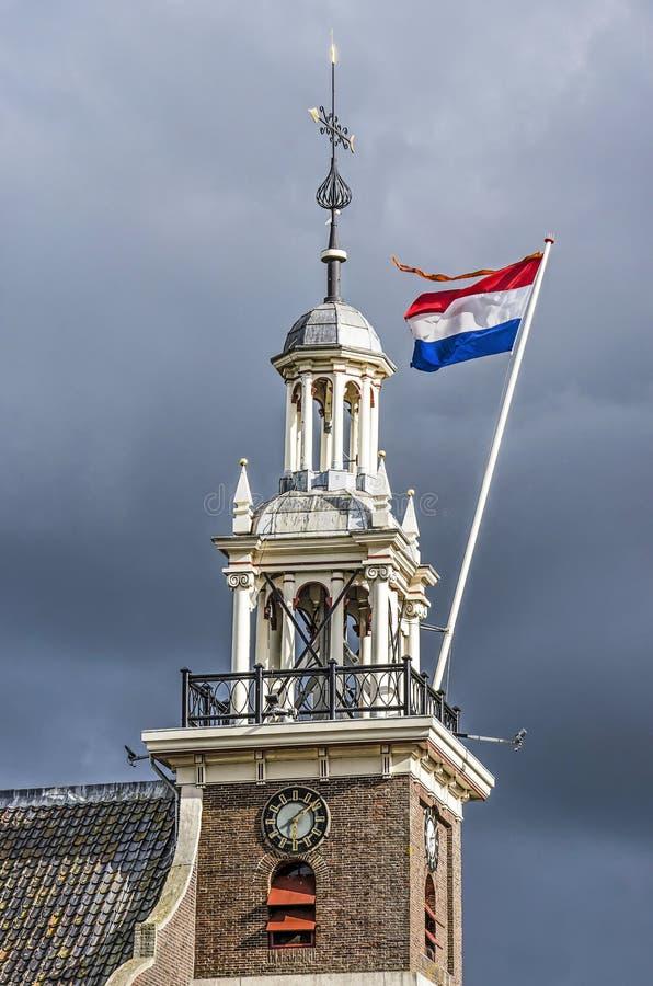 Tour d'église avec le drapeau néerlandais images libres de droits