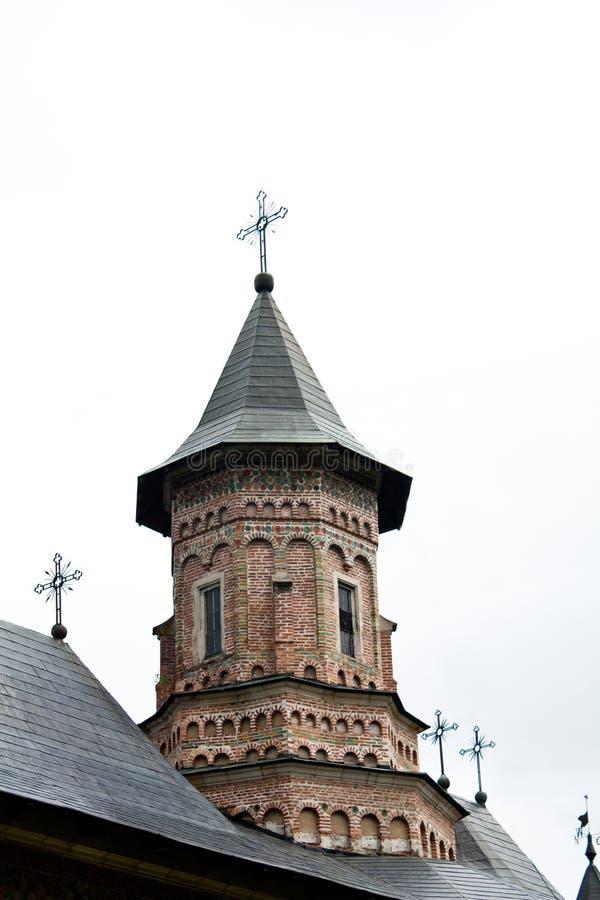 Tour d'église avec les briques colorées photographie stock libre de droits