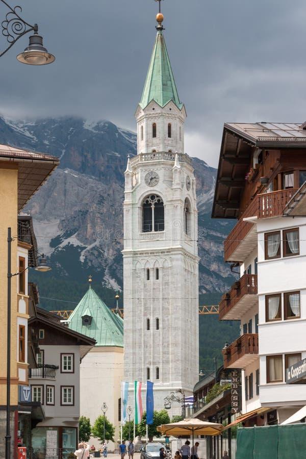 Tour d'église catholique dans le d'Ampezzo de Cortina, Italie photos stock