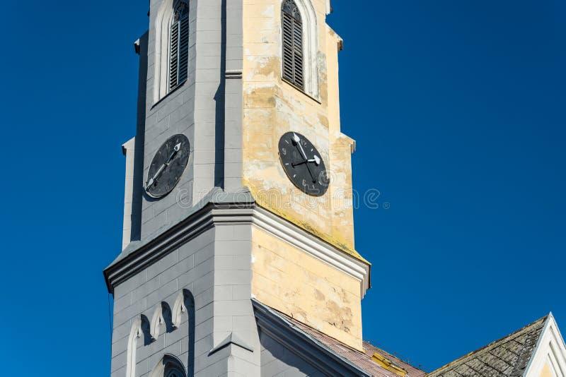 tour d'église Moitié-réparée photo stock