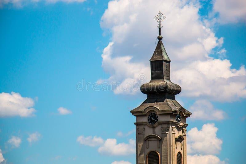 Tour d'église orthodoxe avec l'horloge en Europe est, Belgrade images stock