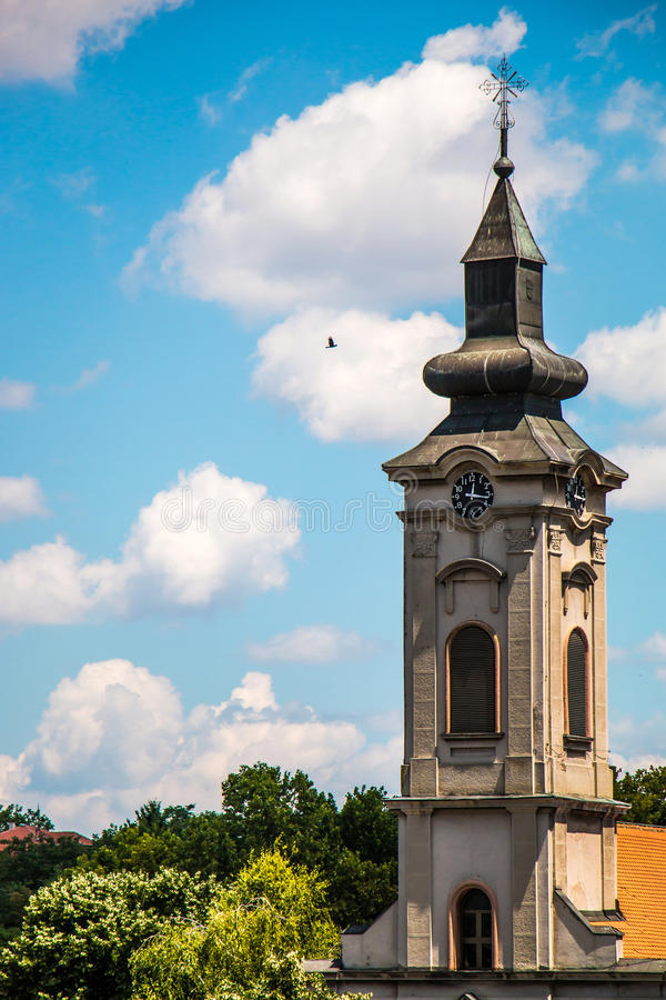 Tour d'église orthodoxe avec l'horloge en Europe est, Belgrade photo stock