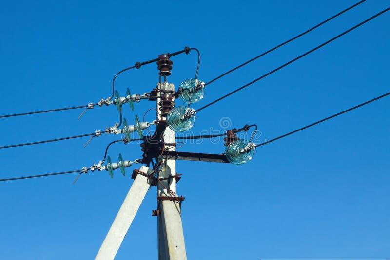 Tour d'alimentation d'énergie au-dessus de ciel bleu clair image stock