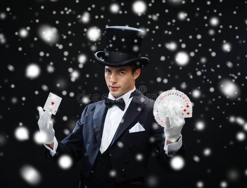 Tour d'apparence de magicien avec jouer des cartes image stock