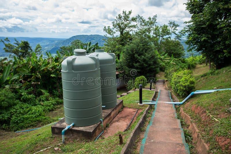 Tour d'eau - cuve de stockage, conservation environnementale, parterre, couleur verte, l'eau images stock