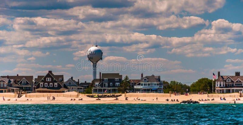 Tour d'eau et maisons de plage sur le rivage atlantique à la réclamation de point images stock