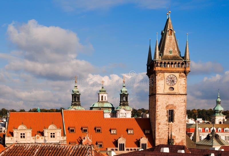 Tour d'hôtel de ville et toits de vieux Prague photos stock