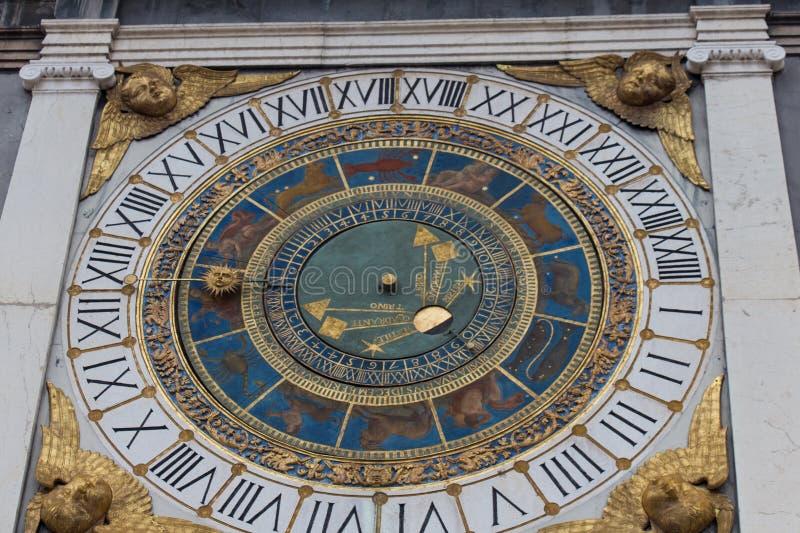 Tour d'horloge avec l'horloge astronomique historique au bungalow de Piazza, Brescia, Lombardie, Italie photos libres de droits