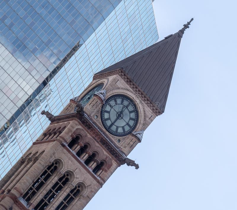 Tour d'horloge avec le vieux Canada de Toronto Ontario de palais de justice de conception fleurie images libres de droits
