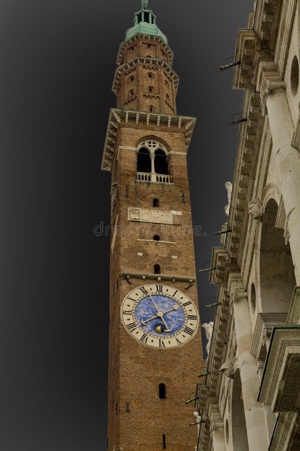 Tour d'horloge dans la ville italienne de Vicence photo libre de droits