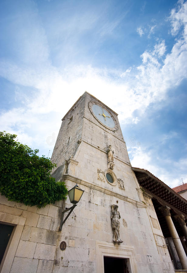 Tour d'horloge dans Trogir photo stock