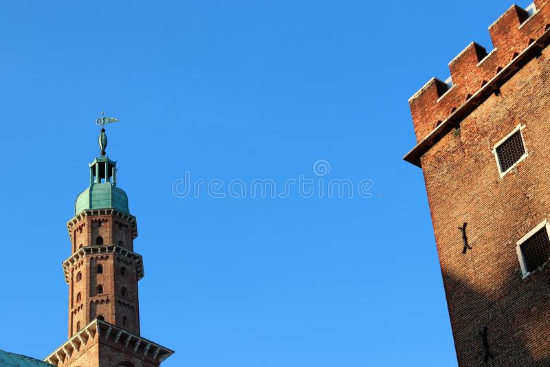 Tour d'horloge de Bell dans des Signori de dei de Piazza avec la basilique Palladiana à Vicence, Italie photos libres de droits