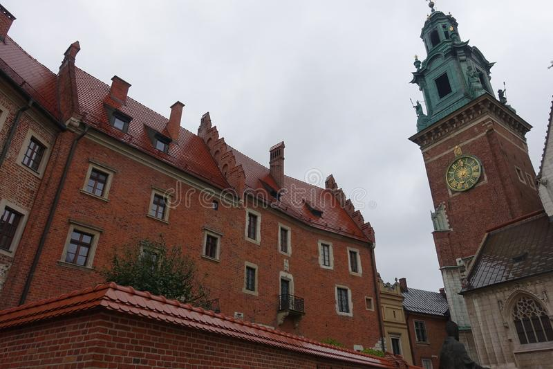 Tour d'horloge de musée et de Wawel de cathédrale de John Paul II à Cracovie photographie stock